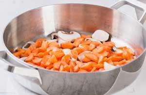 выкладываем в сковороду морковь.