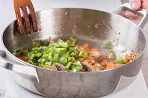 Добавляем в сковороду подготовленные овощи..