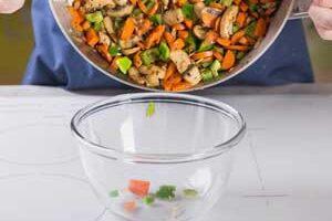 Перекладываем овощи в отдельную миску.