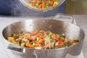 Кладем в сковороду овощи.