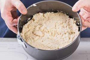 Перекладываем тесто в форму для выпечки.