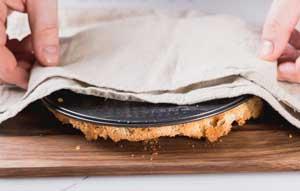 Освобождаем пирог от пергаментной бумаги.