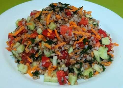 Овощной салат с гречкой.