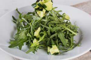 Нарезаем в салат огурец.