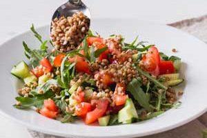 Добавляем в салат вареную гречку.