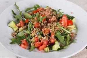 Готовый овощной салат выкладываем на тарелки.