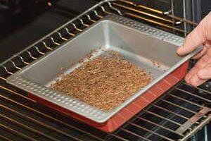 Зерна льна помещаем в духовку.