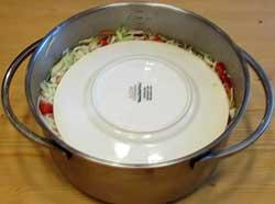 Кладем на капусту тарелку