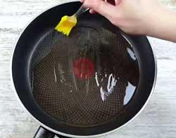 Смазываем сковороду маслом