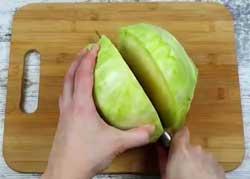 Разрезаем капусту пополам