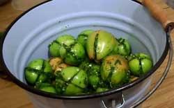 Фаршированные помидоры в ведре