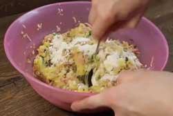 Перемешиваем картофель с колбасой для котлет