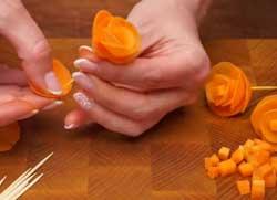 Нанизываем морковь на зубочистку