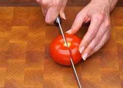 Разрезаем томат пополам
