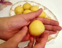 Формирует из теста небольшие шарики