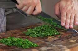 Нарезаем зелень в суп