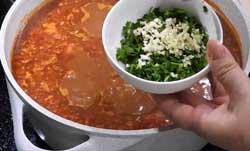 Добавляем в суп харчо чеснок