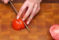 Нарезаем томат ломтиками