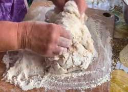 Замешиваем тесто для хлеба
