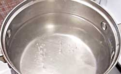 Вода в кастрюле