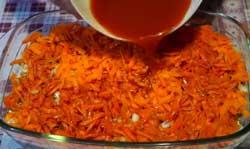 Заливаем перловку и овощи томатным соком
