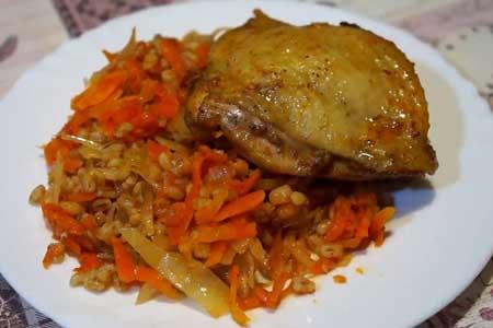 Перловка с маринованной курицей и овощами