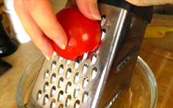 Натираем на терке помидор