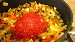Добавляем в овощи томаты
