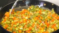 Пассируем овощи в рассольник.