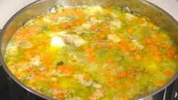 Как приготовить рассольник с перловкой, овощами и солеными огурцами