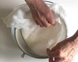Заворачиваем сыр в марлю
