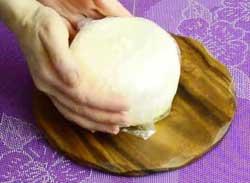Заворачиваем домашний сыр в пищевую пленку