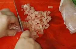 Мелко нарезаем куриную грудку для котлет
