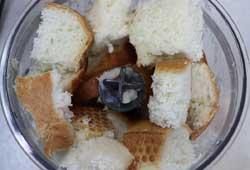 Измельчаем в блендере хлеб